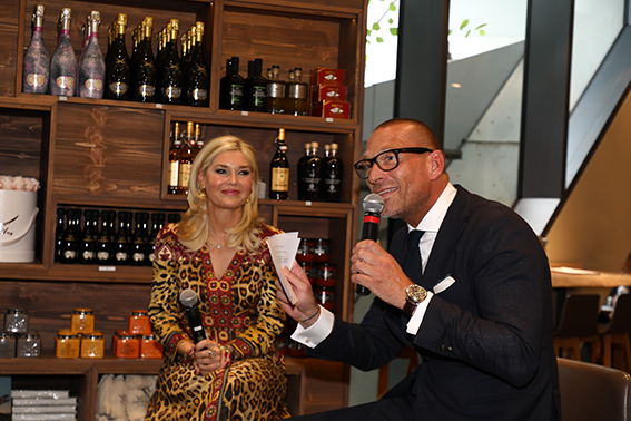Breuninger Geschäftsfüher Andreas Rebbelmund beim Talk mit Fashion Bloggerin Petra Dieners